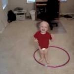 Bebe rodando bambole