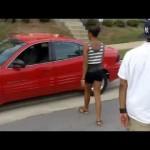 Fechando a porta do carro com estilo