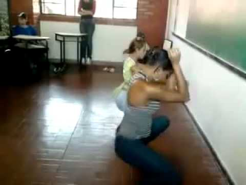 E a mãe pensando que a filha está na sala de aula estudando…