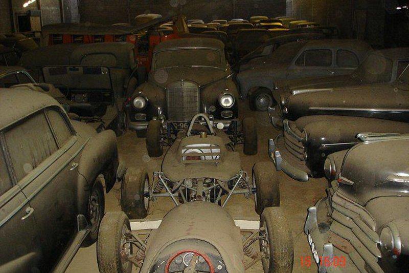 Homem compra terreno e ganha de presente 180 carros clássicos valiosos!
